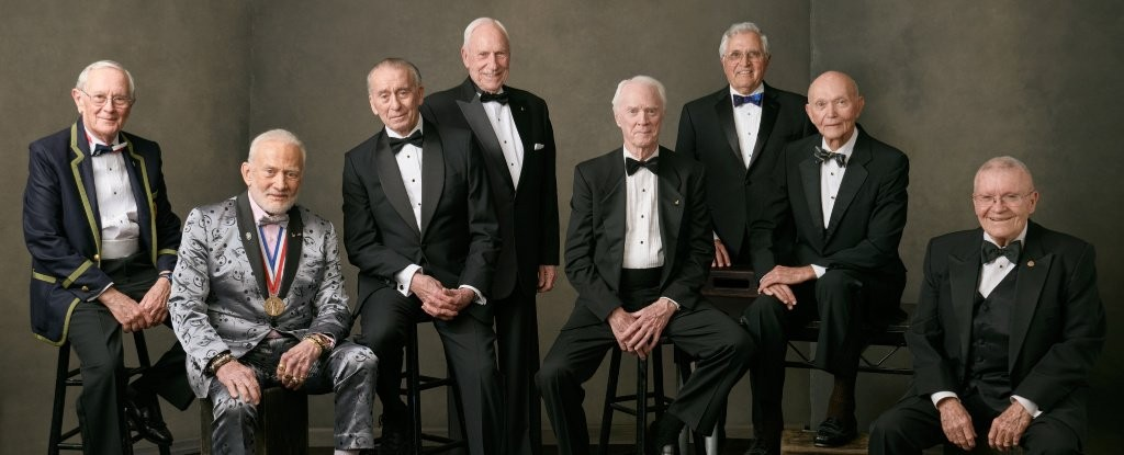 Da esquerda para a direita:Charlie Duke (Apollo 16), Buzz Aldrin (Apollo 11), Walter Cunningham (Apollo 7), Al Worden (Apollo 15), Rusty Schweickart (Apollo 9), Harrison Schmitt  (Apollo 17), Michael Collins (Apollo 11) e Fred Haise (Apollo 13).  (Foto: Felix Kunze/ NASA)