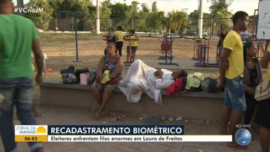 Com cobertores e marmitas, eleitores dormem em filas para fazer recadastramento biométrico em cidades da BA