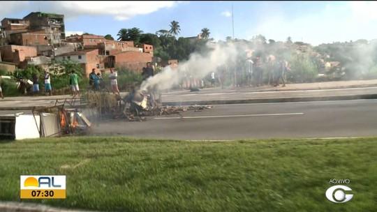 Moradores da Grota da Amizade bloqueiam Av. Josepha de Mello, em Maceió