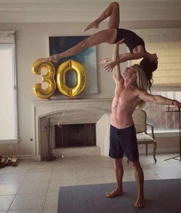 A atriz Nikki Reed com seu professor de ioga (Foto: Instagram)
