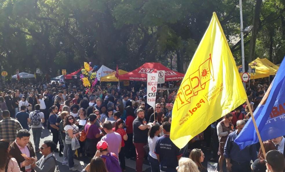 Em assembleia na Praça da Matriz, professores deliberaram sobre greve geral (Foto: Zete Padilha/RBS TV)