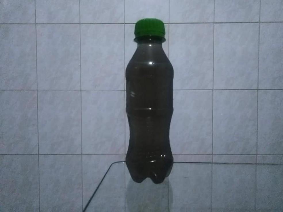 Água escura coletada em casa de São Mateus, na Zona Leste de SP — Foto: Leandro Matozo/GloboNews