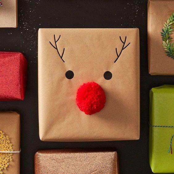 Pacote e embrulho de Natal com nariz de rena de pompom (Foto: Pinterest)