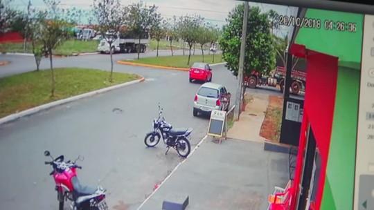 Idoso morre ao ser atropelado por carreta quando atravessava avenida de bicicleta em MT