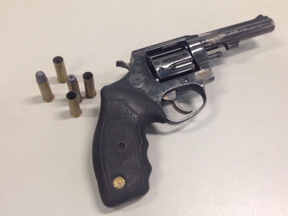 Polícia apresentou a arma que teria sido usada no crime na Berrini — Foto: Glauco Araújo/G1