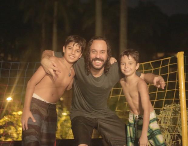 Gabriel O Pensador, com os filhos Tom e Davi (Foto: Arquivo Pessoal)