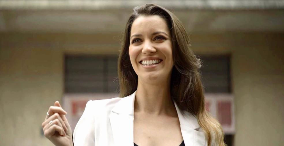 Fabiana (Nathalia Dill) diz para si mesma que vai colocar as mãos na fábrica, em 'A Dona do Pedaço' — Foto: Globo