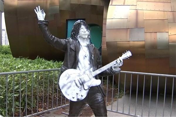Estátua de Chris Cornell vandalizada (Foto: reprodução twitter)