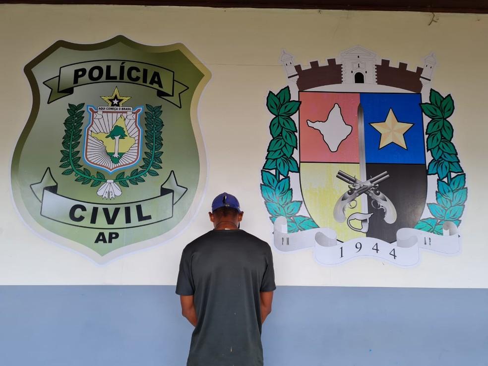 Suspeito de 21 anos tentava envio ilegal de criança para o exterior — Foto: Polícia Civil/Divulgação
