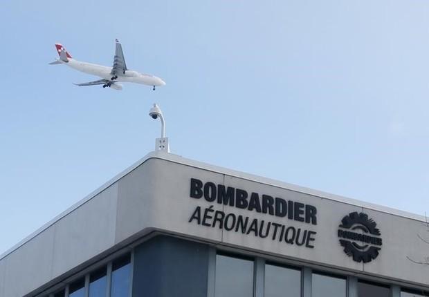 Avião sobrevoa fábrica da Bombardier, em Montreal (Foto: Christinne Muschi/Reuters)