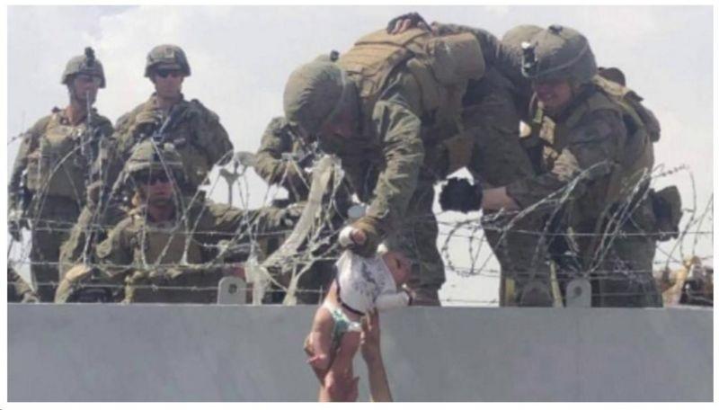 BBC - Una bambina è passata vicino alla sua famiglia in un momento di disperazione dopo la presa di Kabul (Immagine: BBC News)