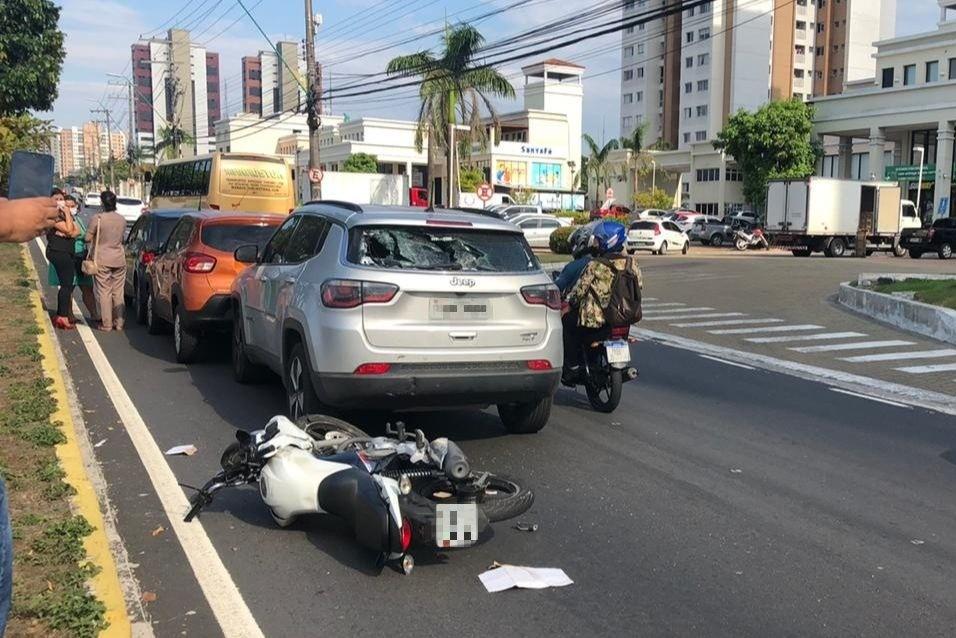 Engavetamento entre quatro veículos deixa homem ferido em Manaus