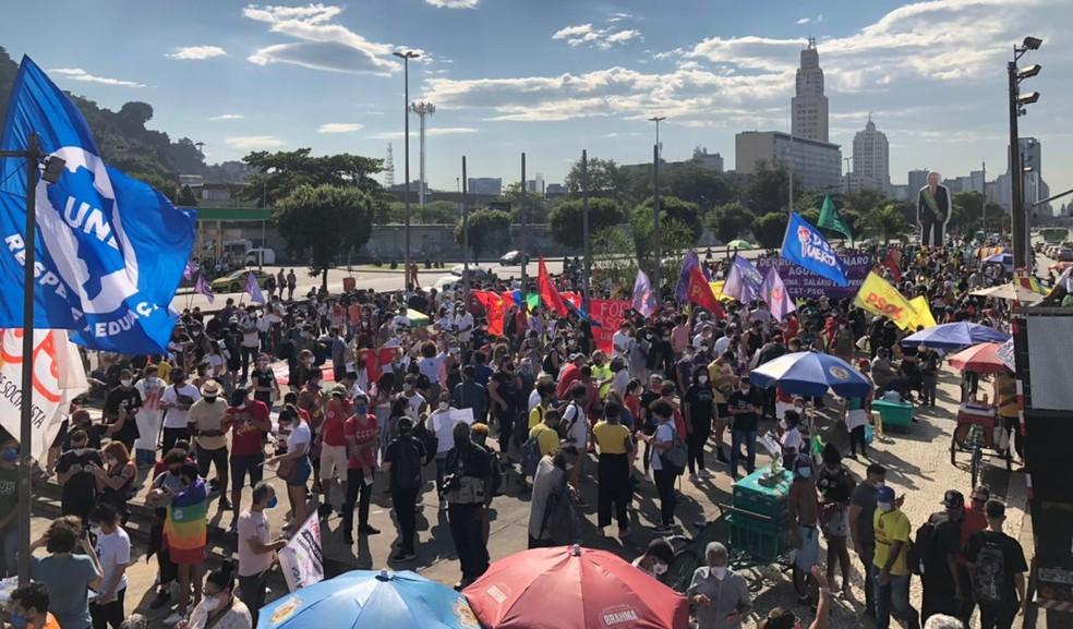 Manifestantes se concentração em frente à estátua de Zumbi, na Praça Onze — Foto: Carlos Brito / G1