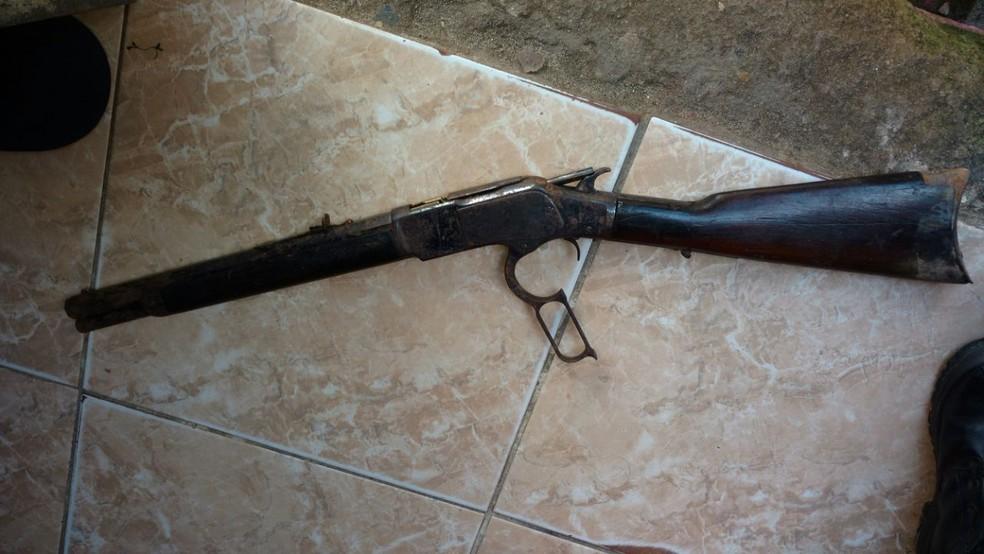 Arma e drogas foram achados em buraco dentro de casa no bairro de Mãe Luiza (Foto: Divulgação/ PM)