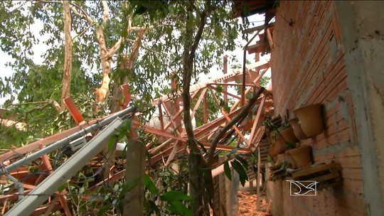 Ventania derruba torre e destrói casas em João Lisboa, MA
