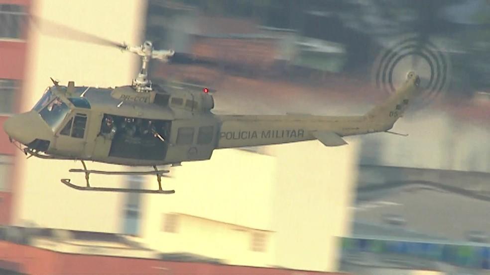 Helicóptero da Polícia Militar sobrevoa a comunidade do Jacarezinho, no Rio — Foto: Reprodução/ TV Globo
