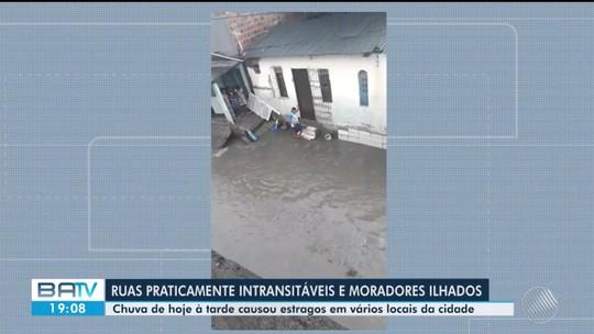 Mau tempo deixa ruas alagadas e água invade casas em cidades do interior da Bahia