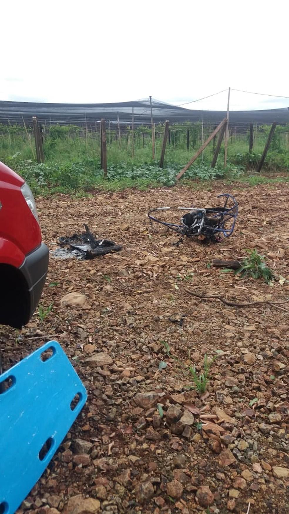 Paramotor bateu em fios de alta tensão, pegou fogo e piloto sofreu queimaduras  — Foto: Defesa Civil de Marialva/Divulgação