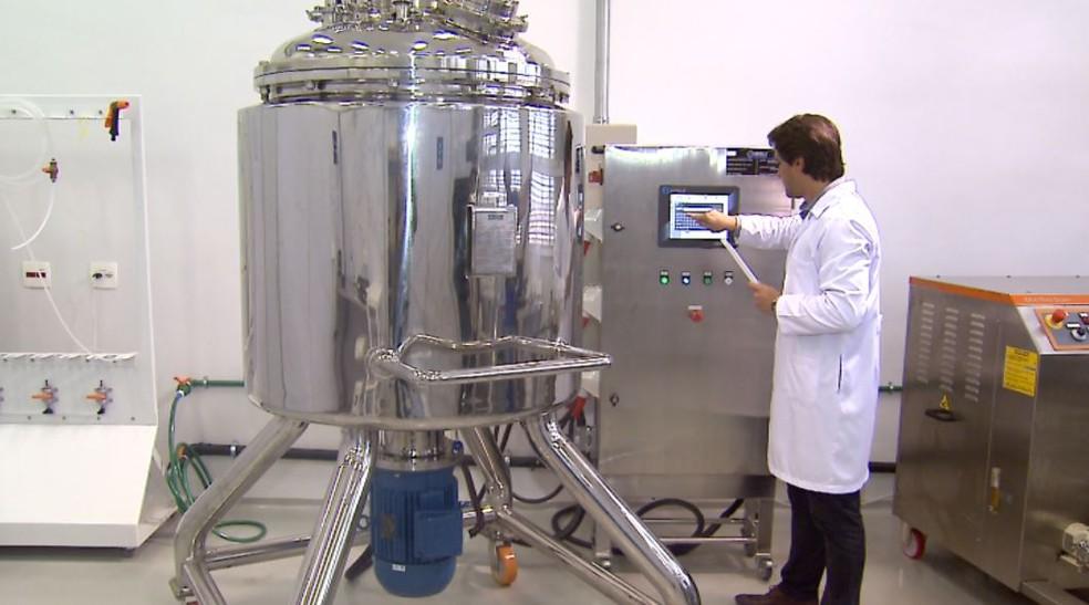 Máquina submete princípios ativos à alta pressão — Foto: Reprodução/EPTV