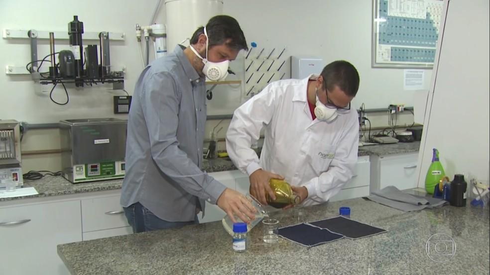 Substância é aplicado ao tecido durante a produção — Foto: Marlon Tavoni/EPTV