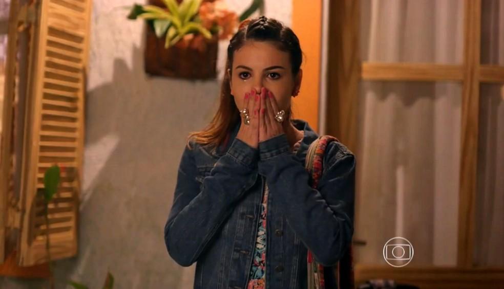 Amaralina (Sthefany Brito) fica emocionada ao receber surpresa de Duque (Jean Pierre Noher) - 'Flor do Caribe' — Foto: Globo