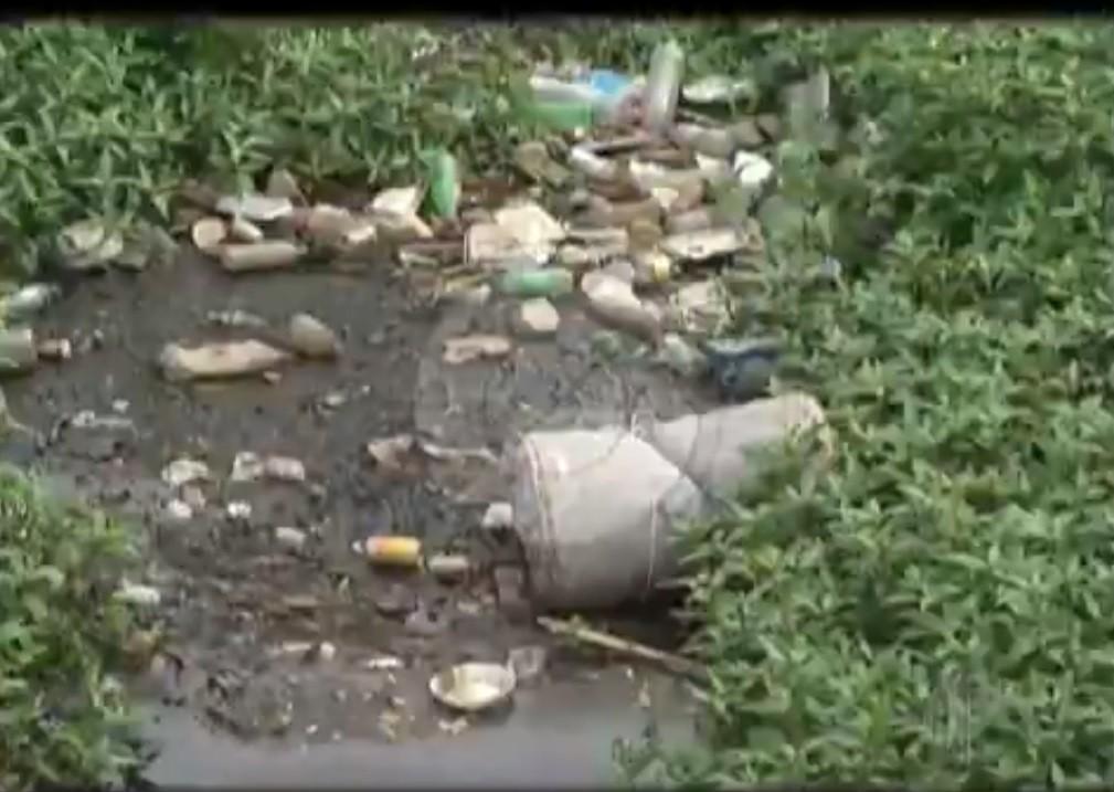 Com o nível mais baixo, poluição do rio Tietê fica mais aparente em Mogi das Cruzes