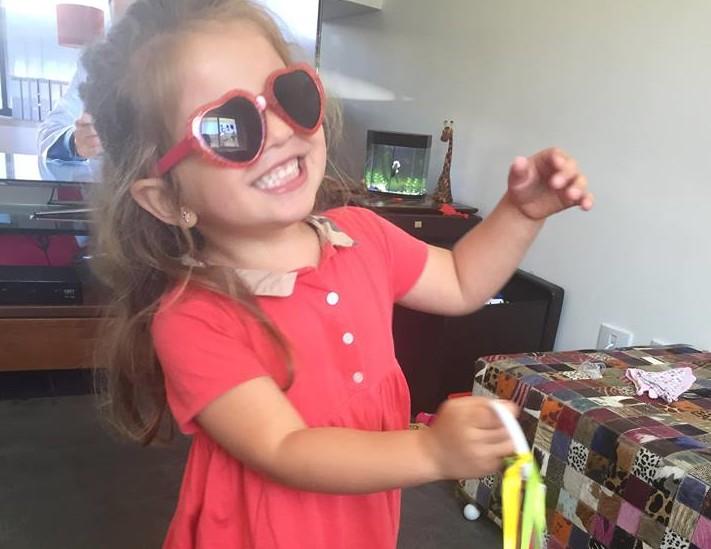 Menina engoliu três baterias do tipo botão (Foto: Reprodução Facebook)