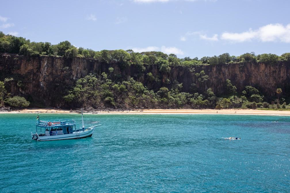 Praia do Sancho. Passeio de barco permite conhecer melhor as diversas ilhas secundárias e praias o redor de Fernando de Noronha — Foto: Fábio Tito/G1