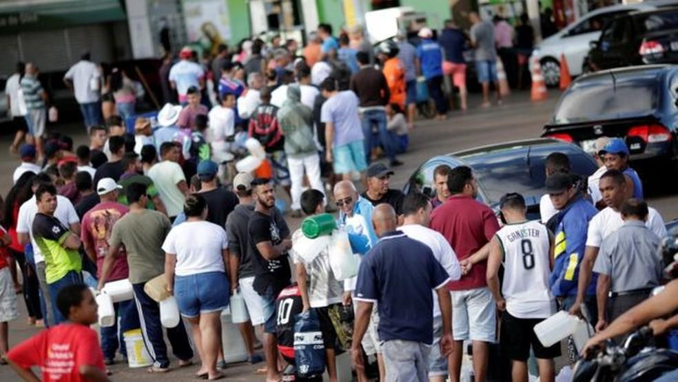Pessoas e carros fazem fila para comprar combustível em um posto em Luziania (GO), no sétimo dia da greve dos caminhoneiros (Foto: Reuters)