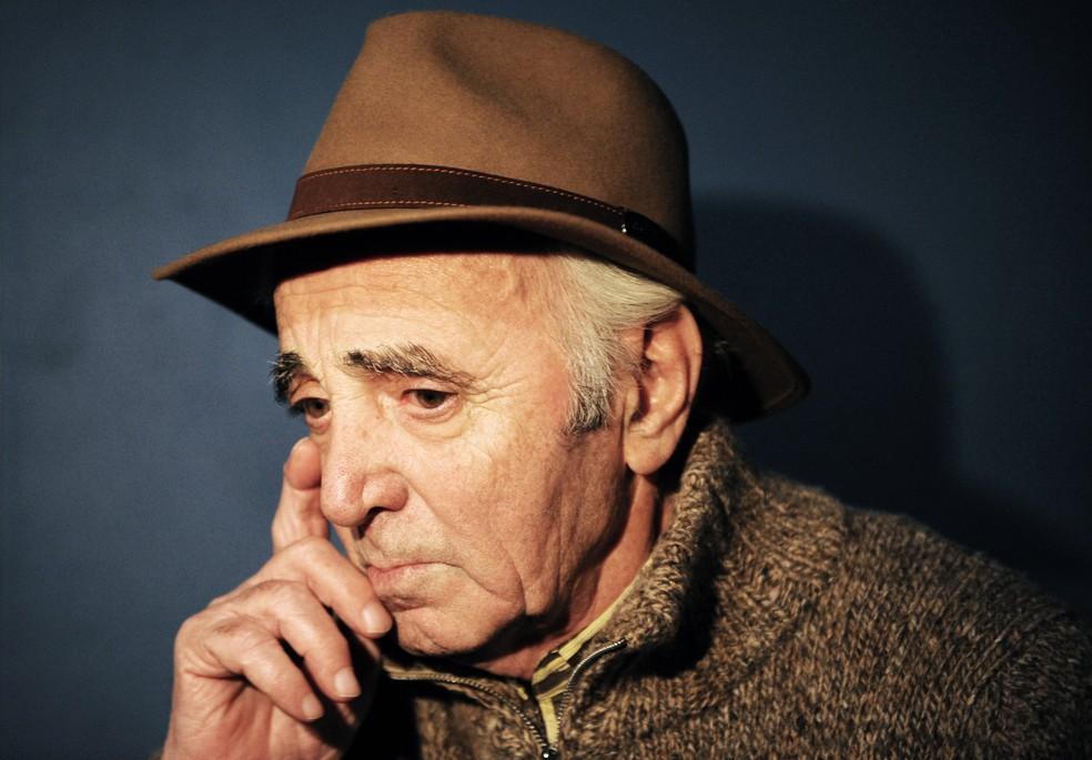 Nesta foto tirada em 15 de janeiro de 2010, o cantor e compositor francês Charles Aznavour concede entrevista após a gravação, com uma dúzia de rappers franceses e pop stars, um videoclipe para arrecadar fundos para o Haiti em Paris. — Foto: Bertrand LANGLOIS / AFP