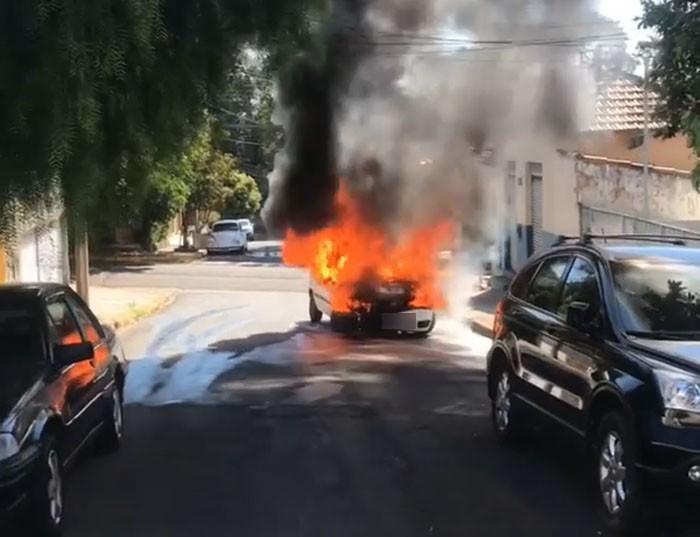 Carro pega fogo na Rua Tenente Nicolau Maffei, em Presidente Prudente