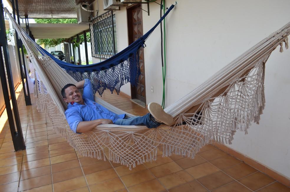 Clausbergue Silva usa a rede por 40 minutos sempre que vai ao restaurante de Zezé (Foto: Hosana Morais/G1)