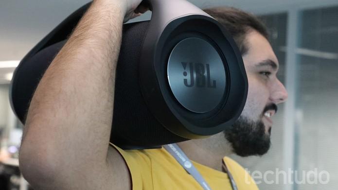 JBL Boombox pesa 5,5kg e pode ser carregada nos ombros (Foto: Marlon Câmara/TechTudo)