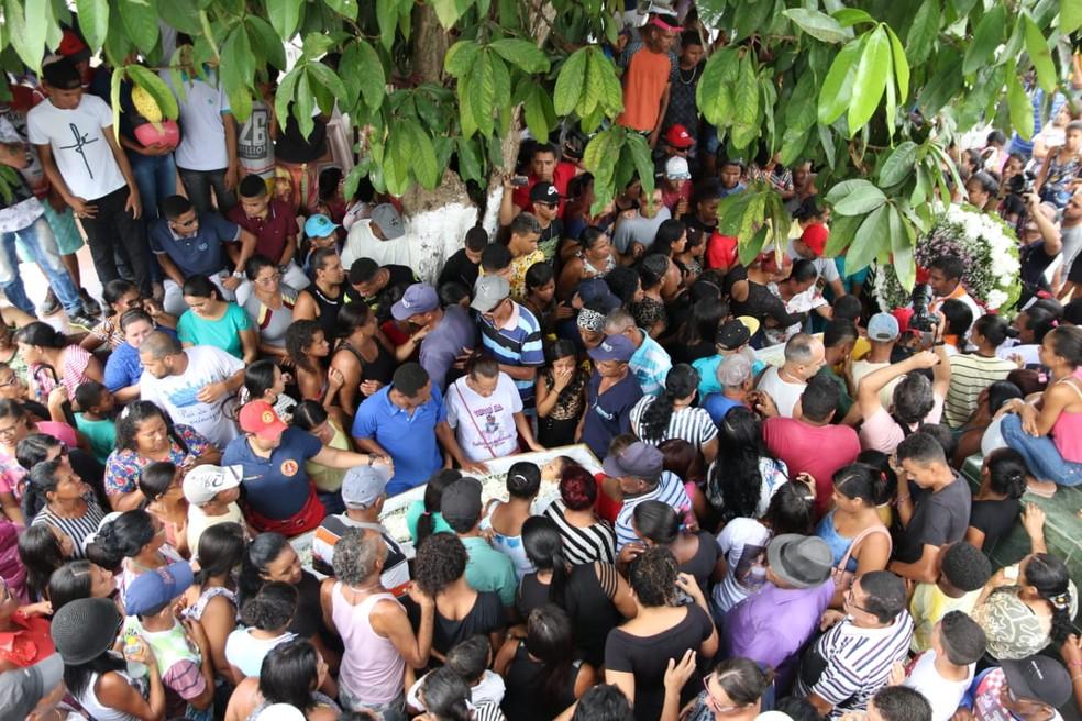 Irmãos de 13 e 11 anos assassinados por padrasto foram enterrados nesta sexta (4), em Moreno, no Grande Recife — Foto: Aldo Carneiro/Pernambuco Press