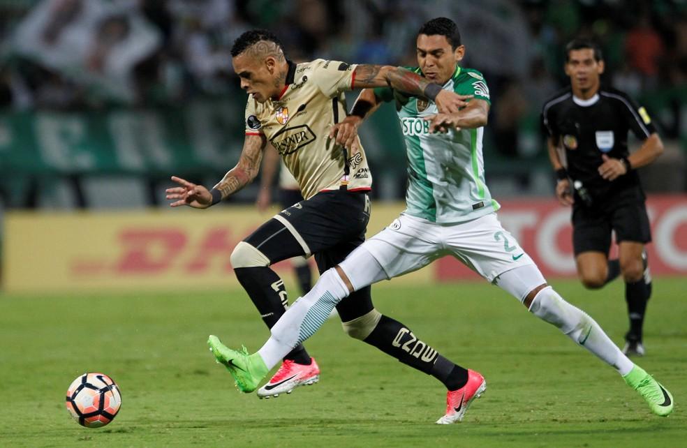 Álvez (à esquerda) é marcado por Bocanegra, do Atlético Nacional (Foto: Fredy Builes/Reuters)