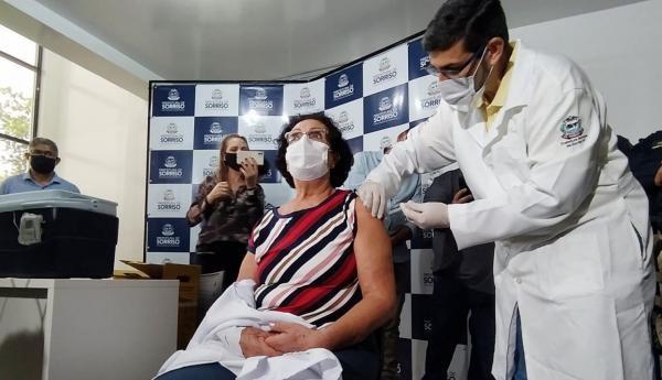 Enfermeira é a primeira a receber vacina contra a Covid-19 em Sorriso (MT)