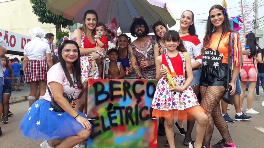 """Família leva """"berço elétrico"""" ao BVQQ como forma de incluir as crianças no carnaval com segurança e conforto — Foto: Pedro Bentes/G1"""
