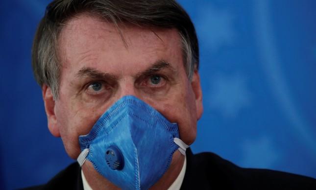 Jair Bolsonaro usa máscara especial em reunião sobre coronavírus