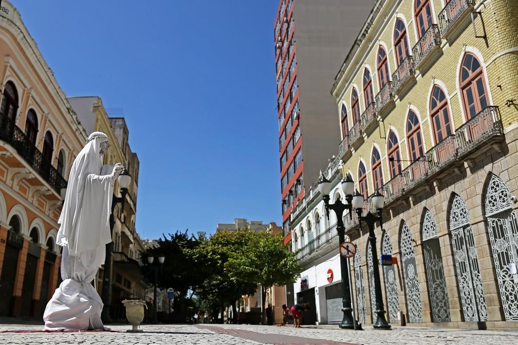 4 de abril - Estátua viva é vista no centro de Curitiba (PR), quase deserta, neste sábado (4) — Foto: Heuler Andrey/Dia Esportivo/Estadão Conteúdo