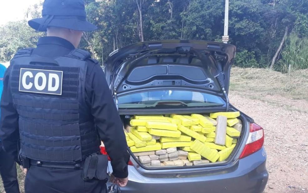 Parte da meia tonelada de maconha estava escondida no porta-malas de um dos carros abordados pelo COD — Foto: Divulgação/Polícia Militar