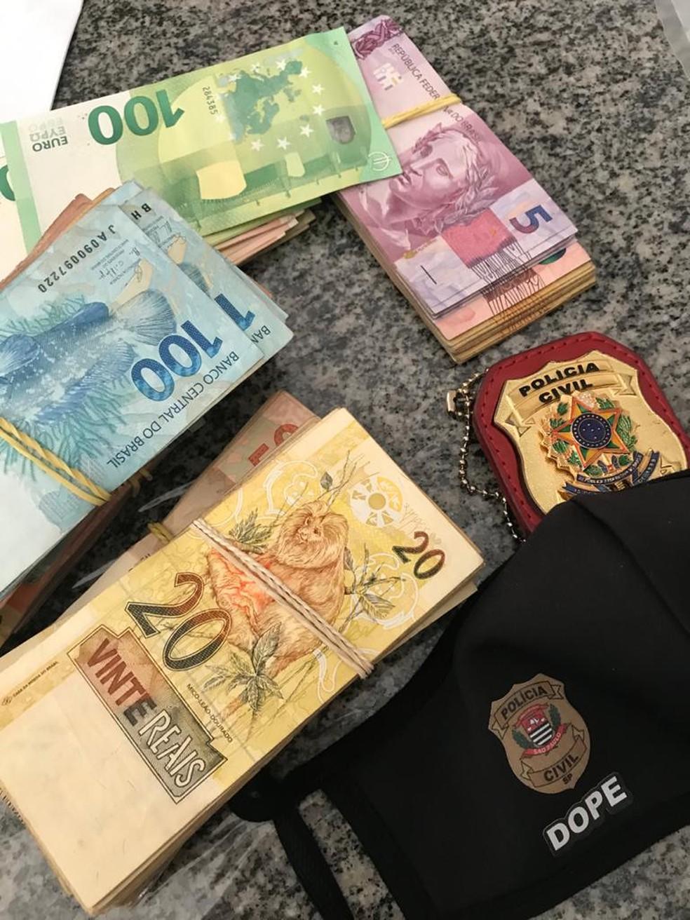 Dinheiro apreendido em operação contra integrantes do MBL em SP — Foto: Reprodução TV Globo