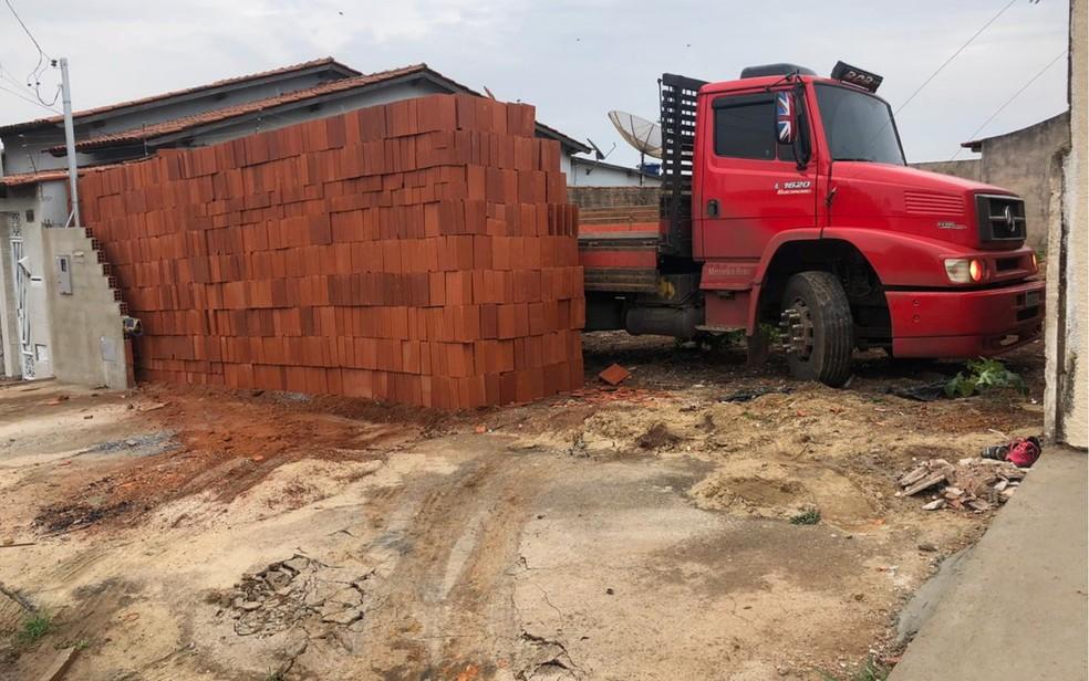 Motorista viraliza após descarregar 5,5 mil tijolos com ajudante e deixar caminhão 'preso' em lote Goiás — Foto: Diovany Cândido/Arquivo pessoal