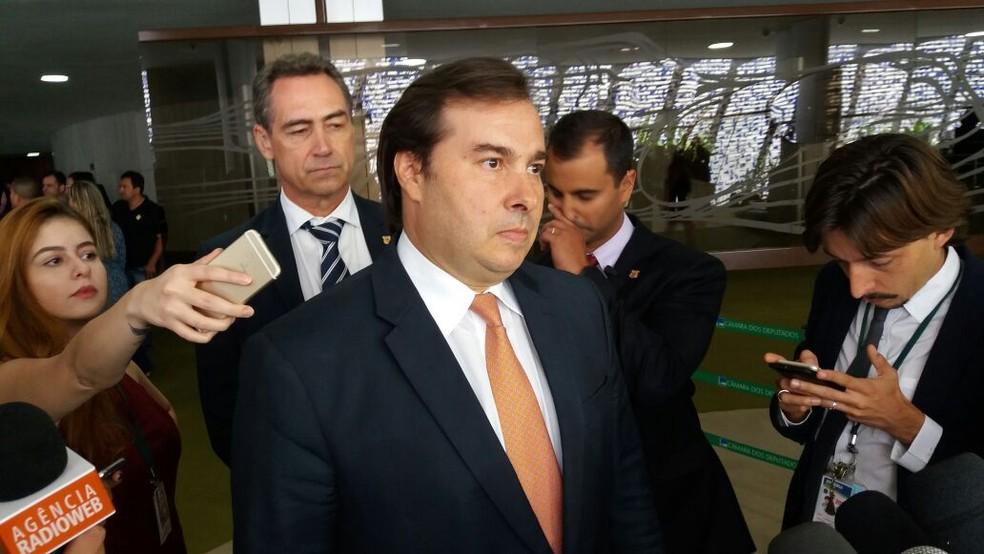 O presidente da Câmara, Rodrigo Maia (DEM-RJ), conversa com jornalistas no Salão Verde (Foto: Bernardo Caram, G1)