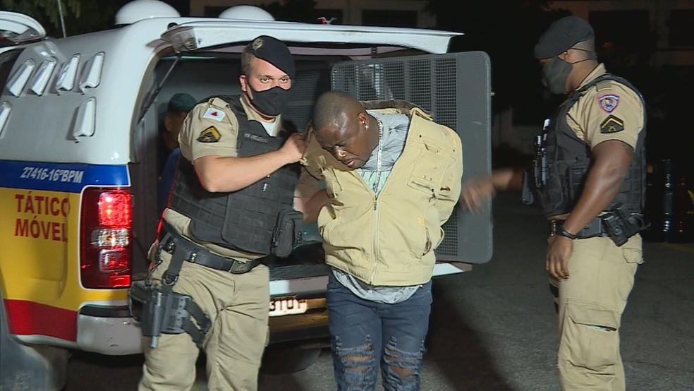 Três homens foram presos e dois menores apreendidos no bairro Vista do Sol — Foto: Reprodução / TV Globo