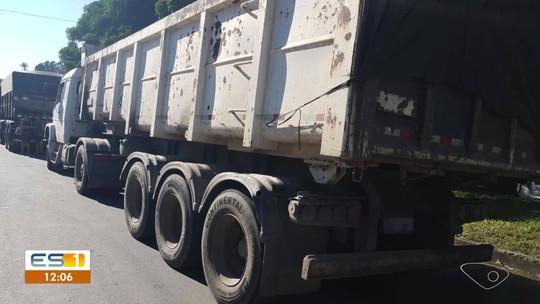 Carreta é apreendida com 21 toneladas a mais que o permitido na BR-101, em Viana, ES