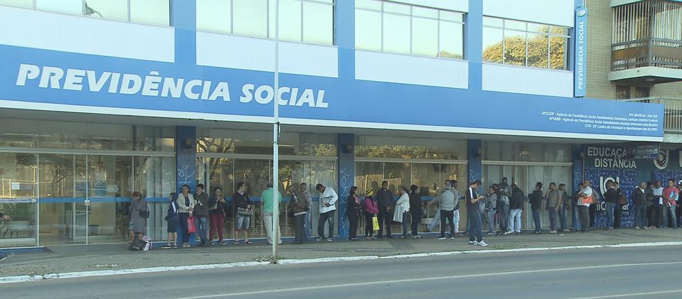 274051dcbee1a ... População faz fila à espera de atendimento na agência do INSS da Asa  Sul — Foto