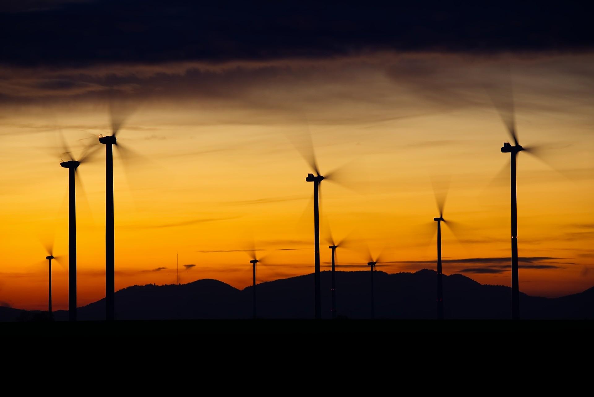 Parques solares e eólicos podem ter impactos benéficos diretos no clima, além de emitirem menos gases de efeito estufa.  (Foto: Creative Commons / Distel2610)