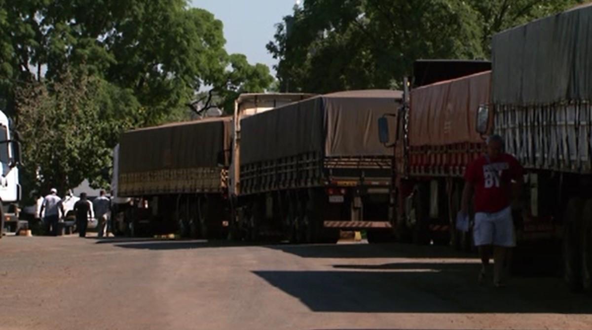 Mais de 2 mil caminhões aguardam por atendimento no Porto Seco de Foz do Iguaçu