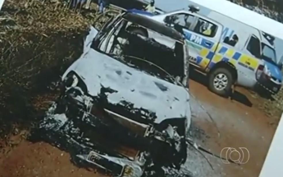 Carro onde corpo da vítima foi queimado ficou completamente destruído  — Foto: Reprodução/TV Anhanguera
