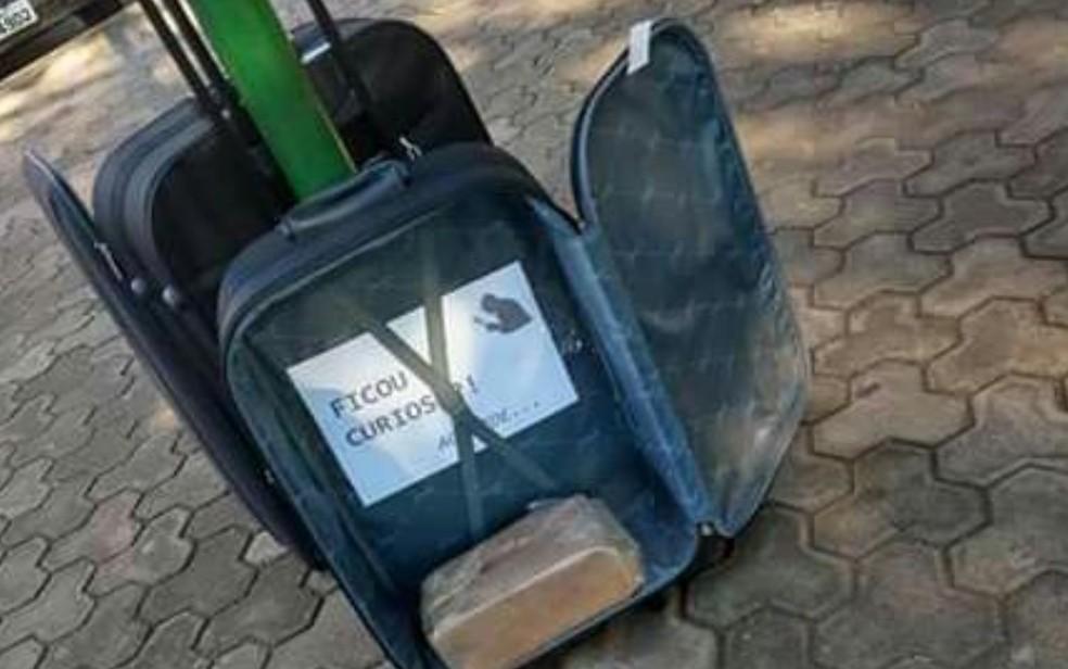 Recado dentro de mala em Pires do Rio, Goiás — Foto: Sérgio Vaz/Arquivo pessoal